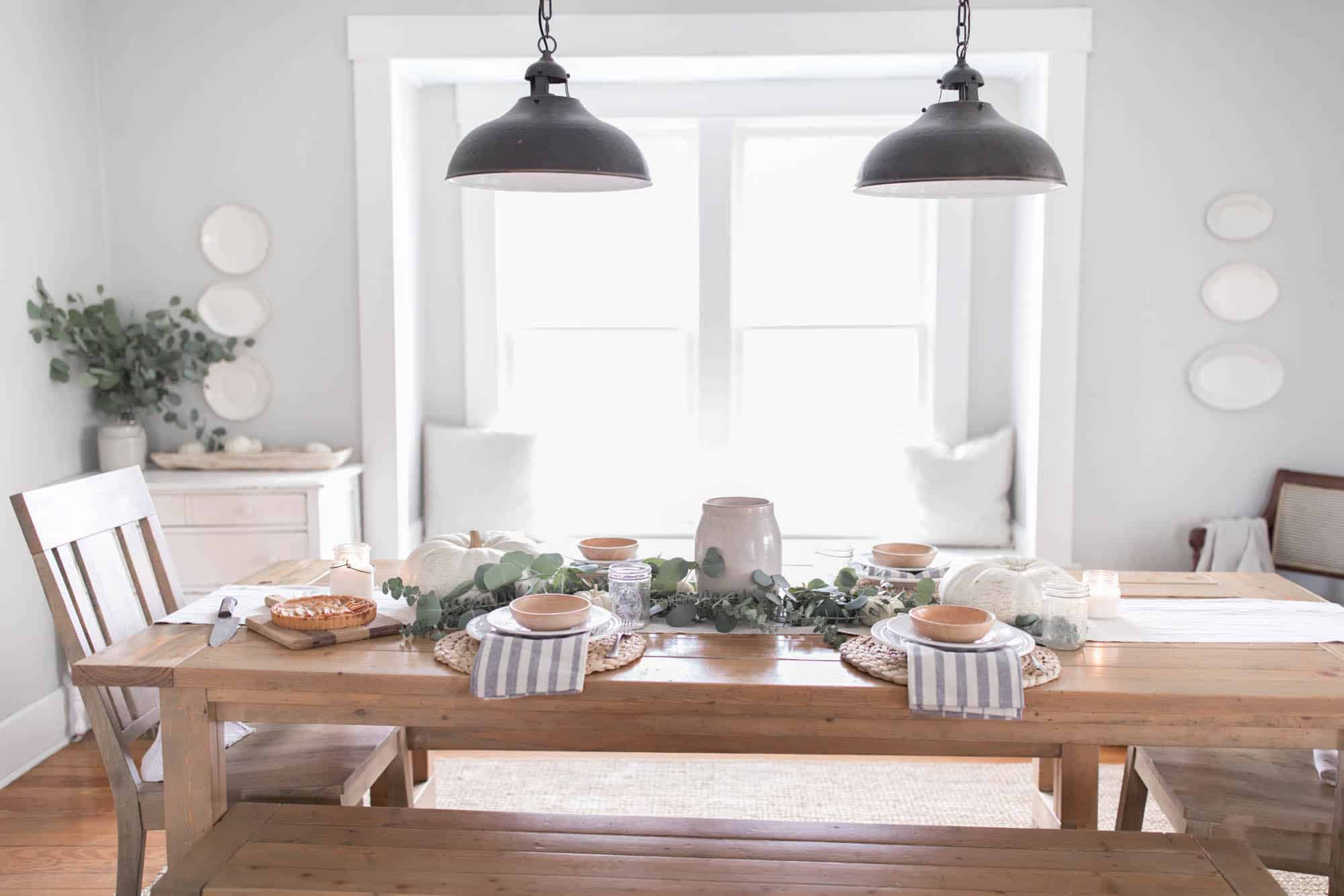 Charmant Farmhouse Thanksgiving Tablescape With Pumpkins And Eucalyptus